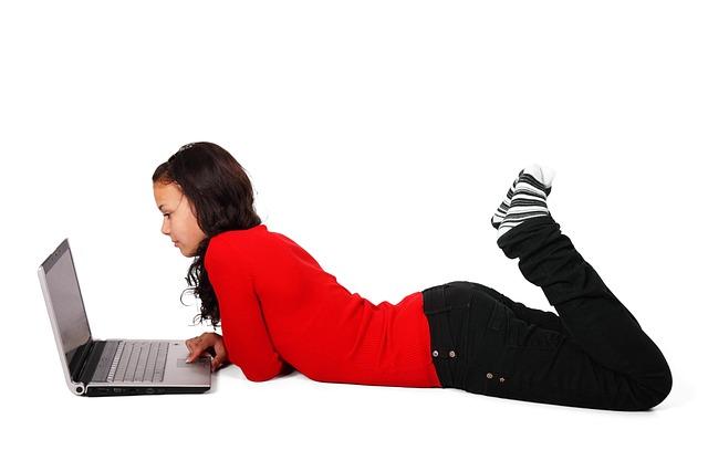 dívka brouzdající na internetu