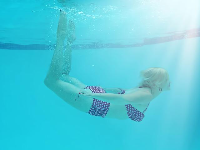 žena v puntíkatých plavkách