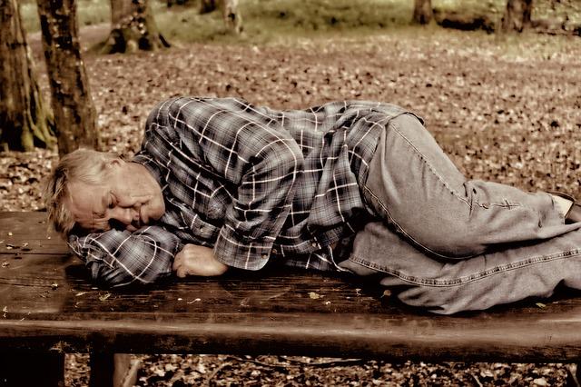 bezdomovec na lavičce