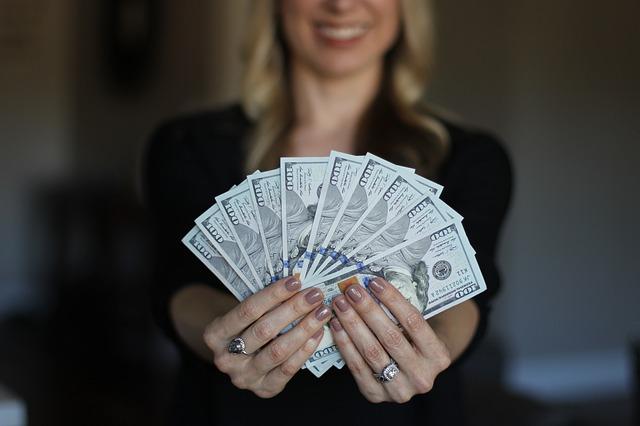 blondýna s vějířem peněz