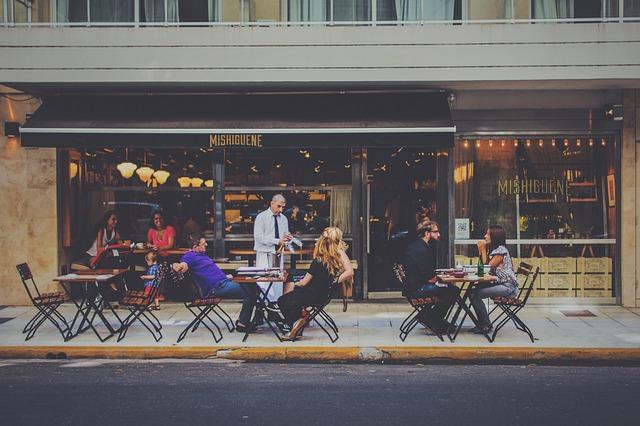 číšník na ulici