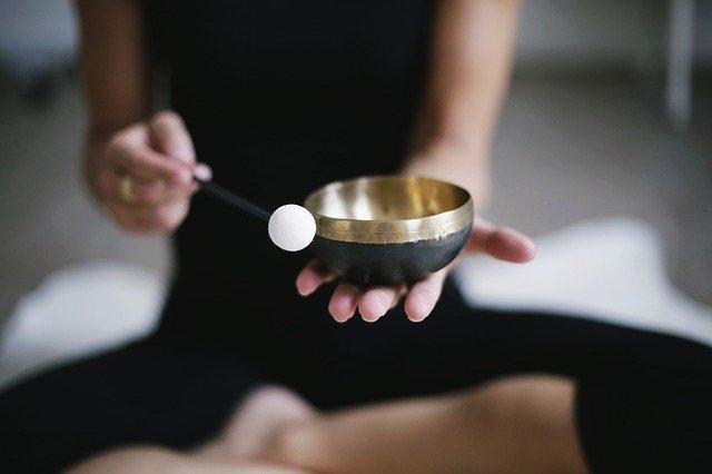 žena s meditační miskou