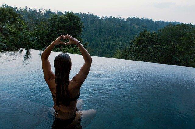žena medituje v bazénu